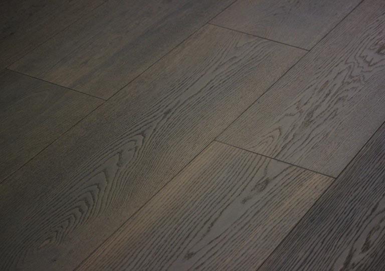 Il colore unico del legno affumicato: parquet di pregio da tecniche antiche